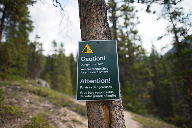 Caution sign: dangerous cliffs