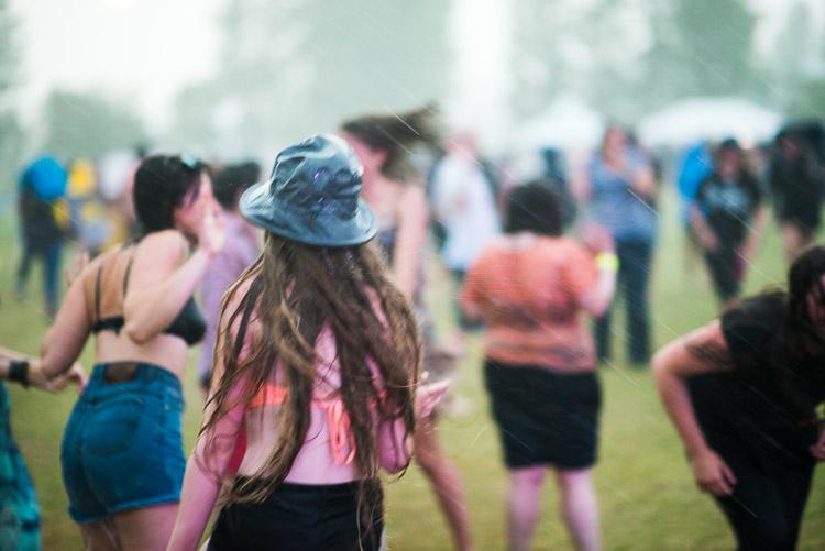 Dancers don't let the rain stop them from enjoying the Winnipeg Folk Festival