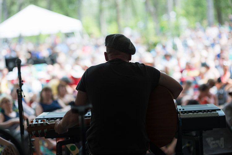 Foy Vance silhouette against the crowd